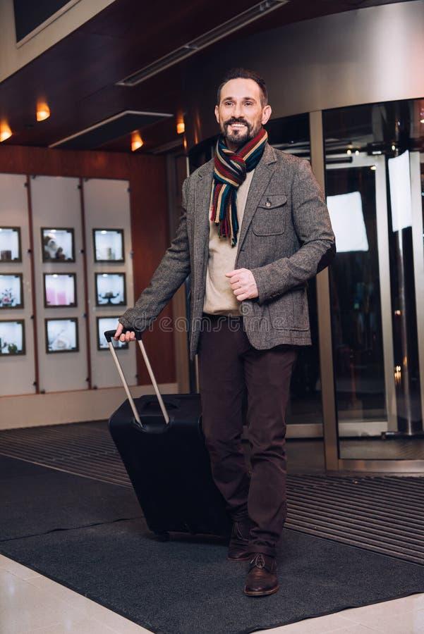 красивый бородатый зрелый человек с чемоданом стоковые фото