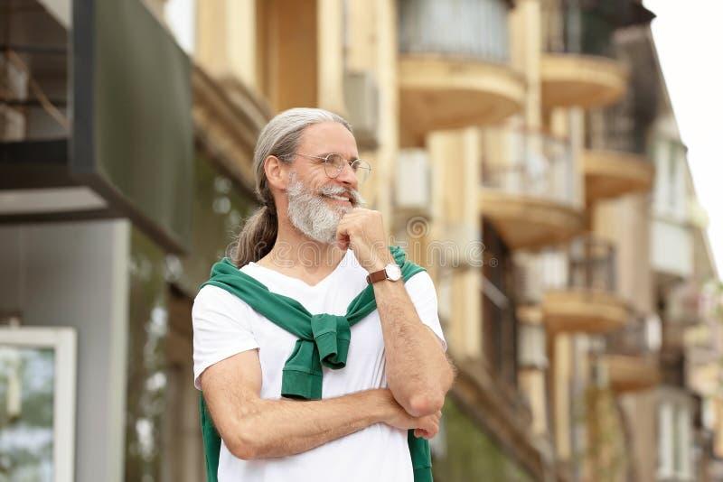 Красивый бородатый зрелый человек outdoors стоковые фото