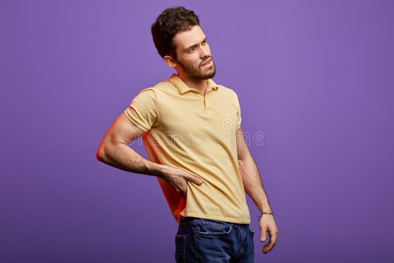 Красивый бородатый человек держа его назад стоковая фотография rf