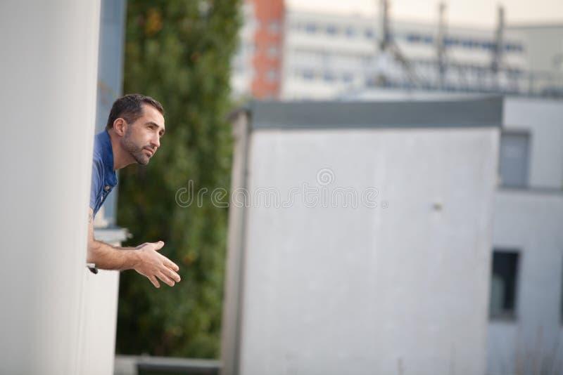 Красивый бородатый человек смотря из окна наслаждаясь взглядом стоковые фотографии rf