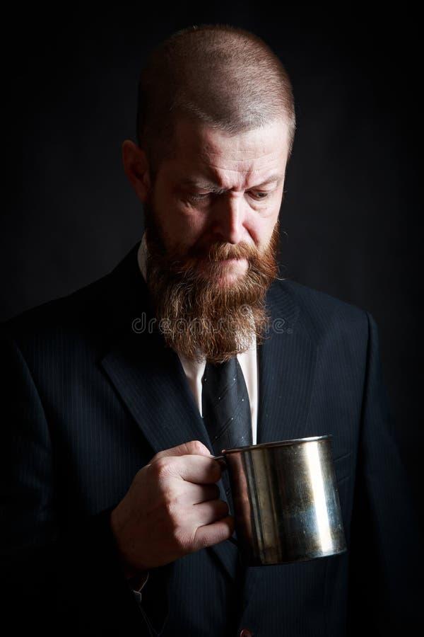 Красивый бородатый человек со стильной бородой волос и усик на серьезной стороне в рубашке держа белую чашку стоковая фотография rf