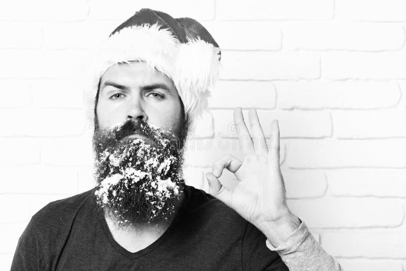 Красивый бородатый человек с стильным усиком и длинная снежная борода на серьезный показывать стороны холодный на белой кирпичной стоковое фото rf