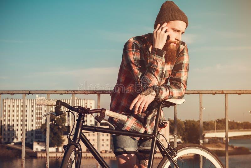 Красивый бородатый человек в красной рубашке стоковое изображение