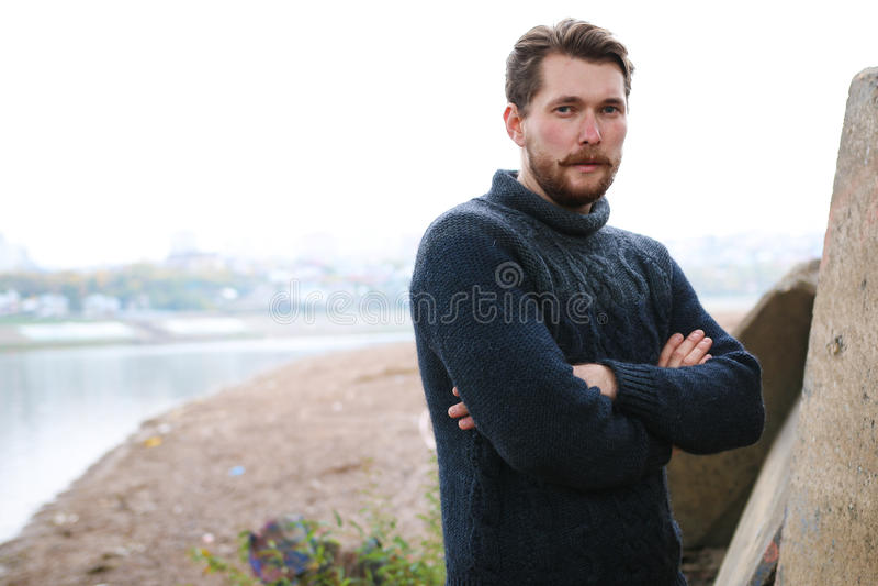 Красивый бородатый человек на предпосылке реки стоковые фото