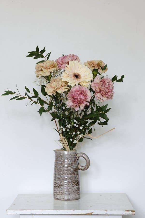 Красивый букет гвоздик и gerberas в керамической вазе стоковое фото rf