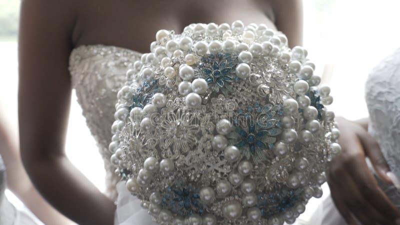 Красивый букет других цветов в руках невесты в белом платье белизна платья невесты букета стоковые изображения rf