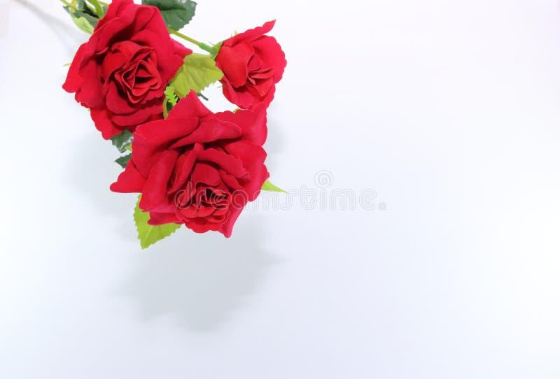 Красивый букет искусственных красных роз на белой предпосылке Принципиальная схема влюбленности и романс стоковая фотография rf