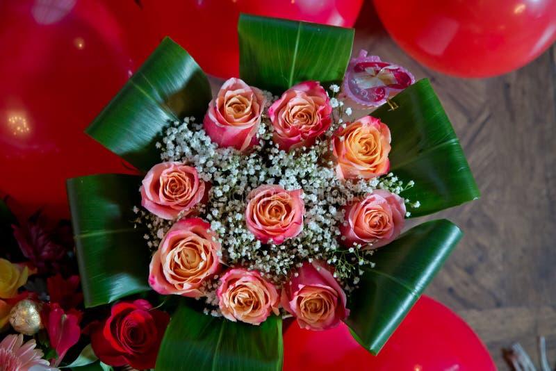 Красивый букет конца-вверх роз Пинк и желтая смешанная розовая, красивая предпосылка природы Искусственные розы на таблице, любов стоковое фото