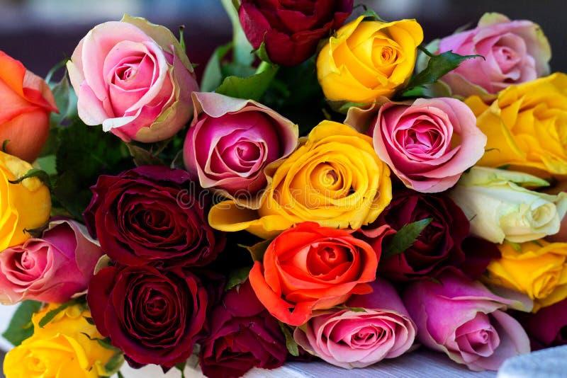 Красивый букет красочных роз стоковая фотография