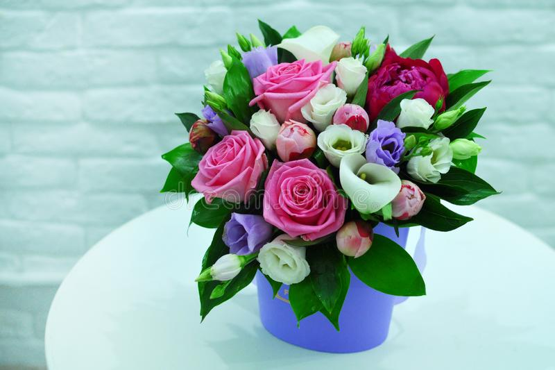 Красивый букет красочных цветков на розовом конце предпосылки стоковая фотография