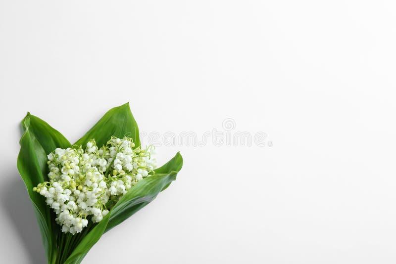 Красивый букет ландыша на белой предпосылке, взгляде сверху стоковое фото rf