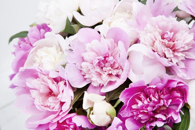 Красивый букет розовых и белых пионов стоковые изображения rf