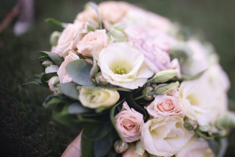 красивый букет свадьбы белых цветков лежит на траве стоковые фотографии rf