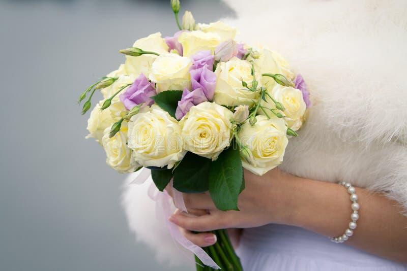 Красивый букет свадьбы в руках невесты стоковая фотография