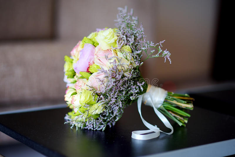 Красивый букет свадьбы на таблице стоковые изображения