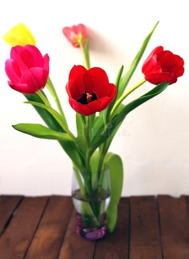 Красивый букет тюльпанов на старых досках стоковые фотографии rf