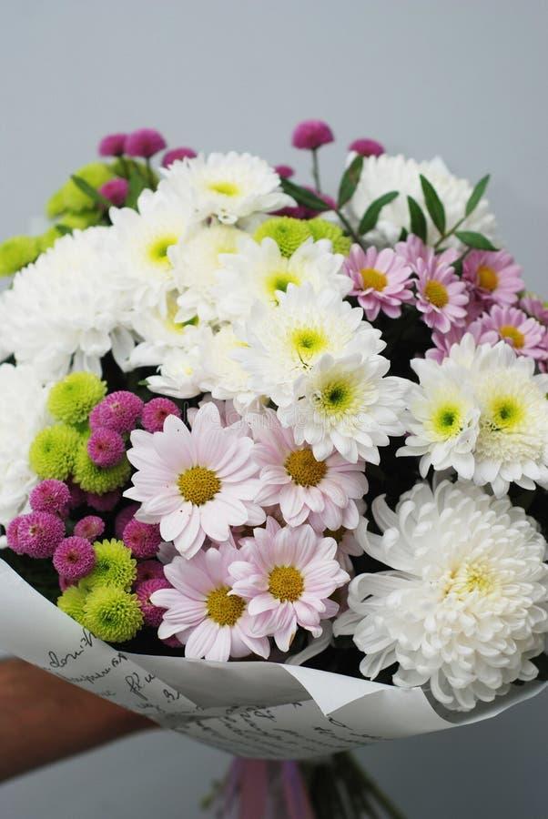 Красивый букет цветков осени на белизне Цветки Crisanthemum белые и розовые Подарок на день рождения присутствующий Вертикальное  стоковые изображения