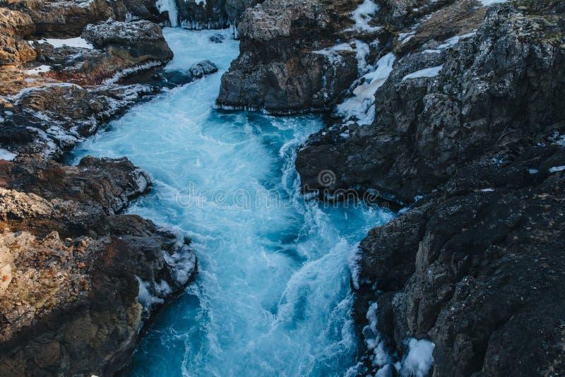 красивый быстрый поток с холодной водой и утесами стоковое фото