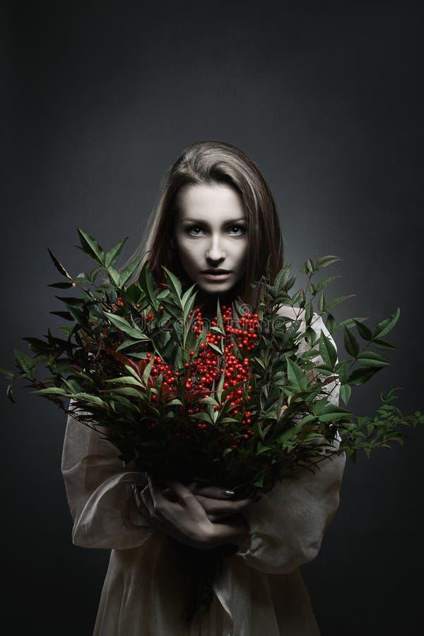 Красивый вампир с красными цветками стоковые изображения