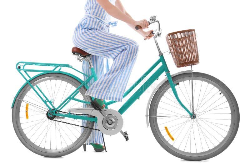 Красивый велосипед катания молодой женщины стоковое фото rf