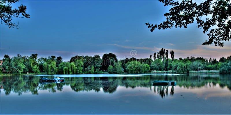 Красивый взгляд вечера на озере стоковое изображение rf