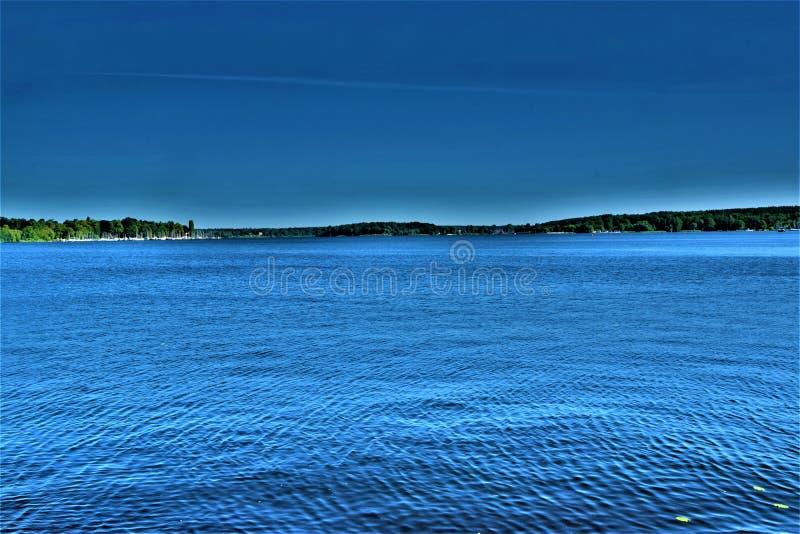 Красивый взгляд вечера на озере стоковые фотографии rf