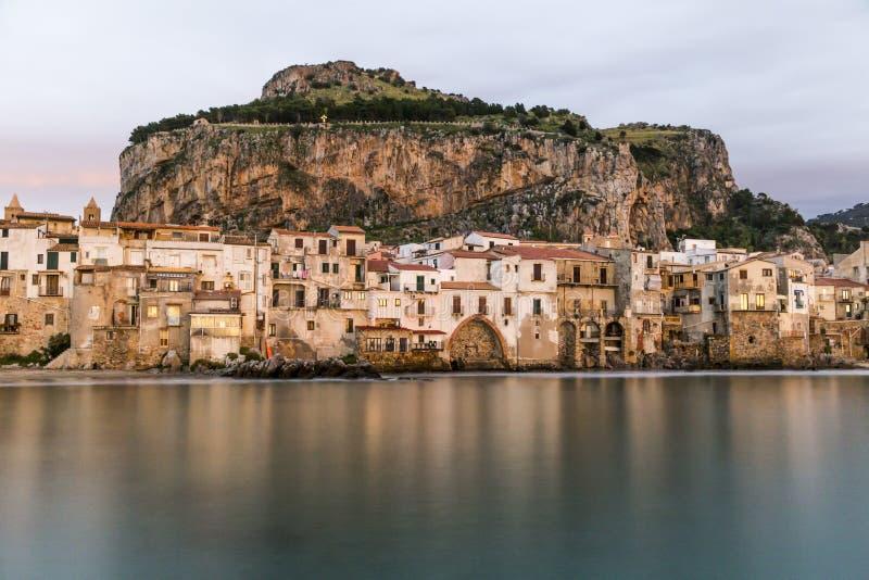 Красивый взгляд гавани старых домов в Cefalu на сумраке, Сицилии стоковые изображения rf