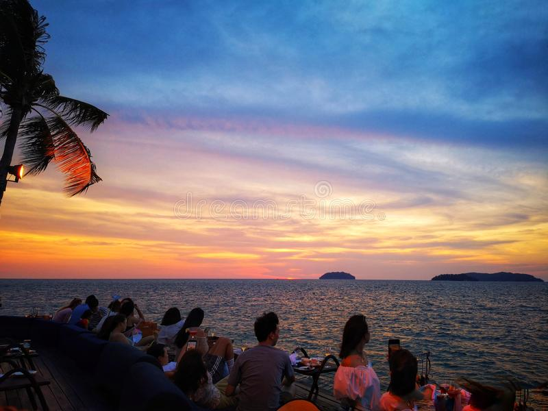 Красивый взгляд захода солнца и яркий цвет на голубом небе стоковые изображения rf