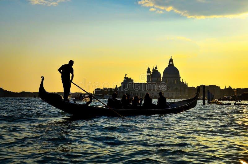 Красивый взгляд захода солнца ландшафта в Венеции в Италии с гондолой стоковая фотография rf