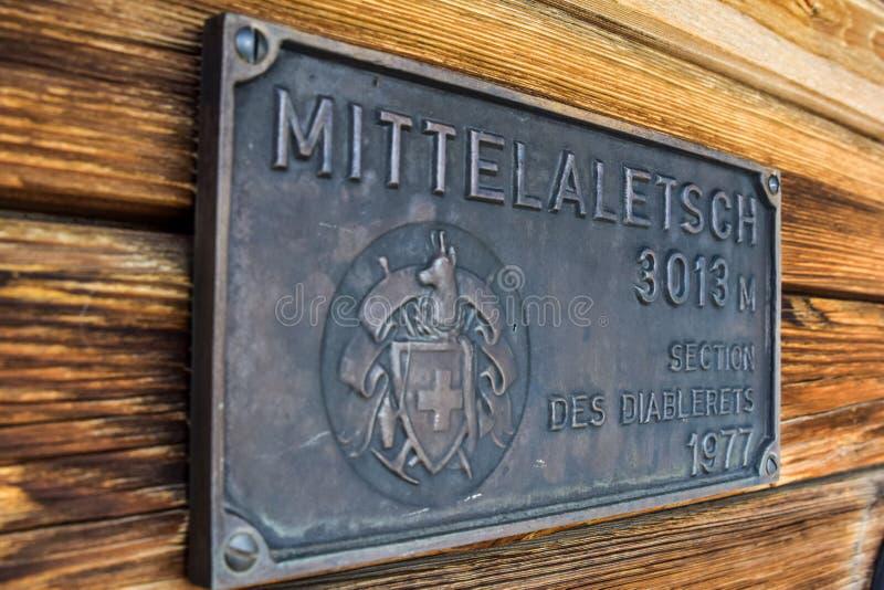 Красивый взгляд конца-вверх старого, выдержанного деревянного окна при большая оконная рама увиденная на кабине горы в швейцарски стоковая фотография