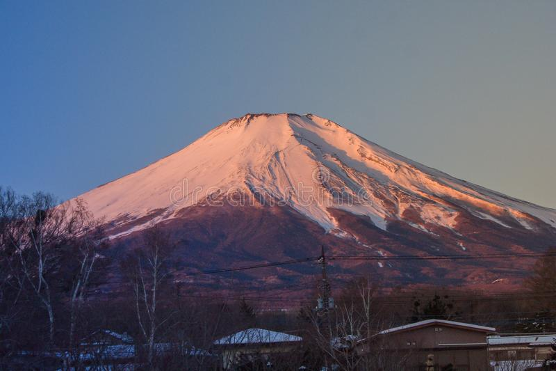 Красивый взгляд ландшафта горы Фудзи или Mt Фудзи покрыл с белым снегом в зиме сезонной на озере Yamanaka стоковая фотография