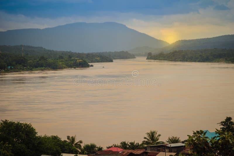 Красивый взгляд ландшафта реки Mout Mun деревни границы близрасположенного стоковая фотография