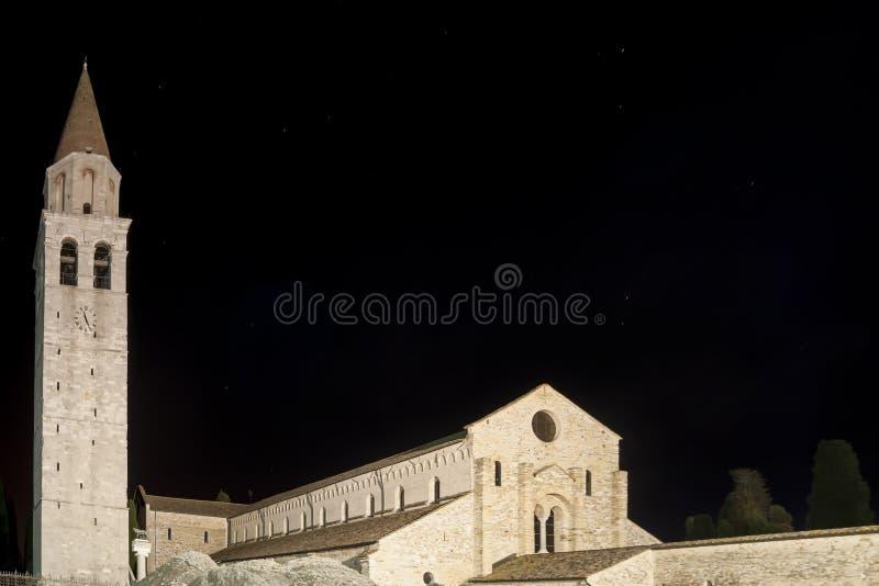 Красивый взгляд ночи базилики Santa Maria Assunta Aquileia, Удине, Friuli Venezia Giulia, Италии стоковое изображение rf