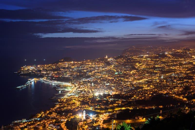 Красивый взгляд ночи к городу Фуншала в острове Мадейры стоковые фотографии rf