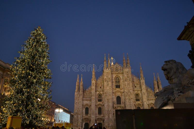 Красивый взгляд ночи к квадрату Duomo Милана украшенному с рождественской елкой стоковая фотография