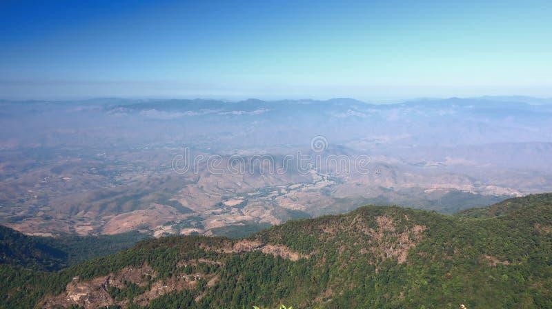 Красивый взгляд сцены панорамы следа природы лотка Kew Mae в национальном парке Doi Inthanon, Чиангмае, Таиланде стоковая фотография rf