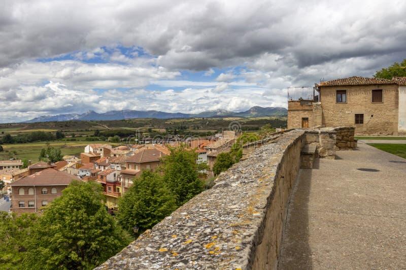 Красивый взгляд Viana overcast от руин церков San Pedro в Viana, Наварре Испании на пути St James, Camino de стоковое изображение rf
