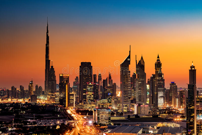 Красивый взгляд горизонта Дубай, ОАЭ как увидено от рамки Дубай на заходе солнца стоковое изображение