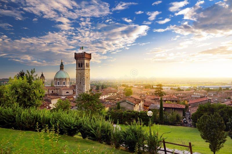 Красивый взгляд захода солнца Lonato del Garda, городка и comune в провинции Брешии, Италии стоковые фотографии rf