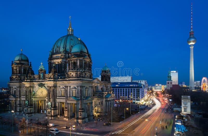 Красивый взгляд ночи собора Берлина короткое имя для протестанта (I e Протестант) стоковые фотографии rf