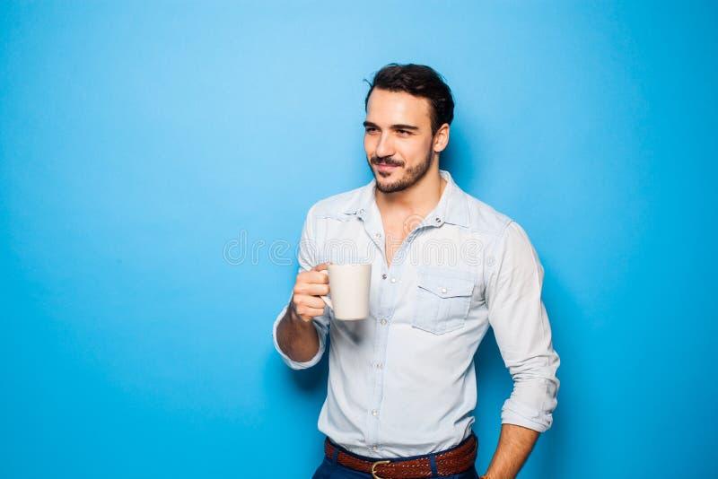 Красивый взрослый человек нося вскользь одежды на голубой предпосылке стоковые фотографии rf