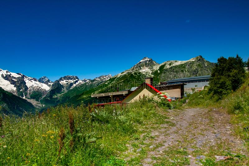 Красивый вид высокогорных лугов в горах Кавказа стоковое фото