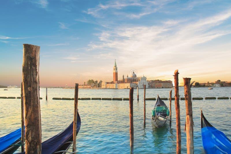 Красивый вид гондол и собора Сан Giorgio Maggiore, на острове в венецианской лагуне, Венеция, Италия стоковые изображения