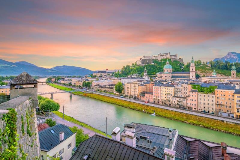 Красивый вид горизонта города Зальцбурга летом на заходе солнца стоковые изображения