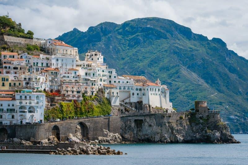 Красивый вид города взморья Амальфи в провинции Salerno, регионе кампании, побережья Амальфи, Costiera Amalfitana, Италии стоковое фото