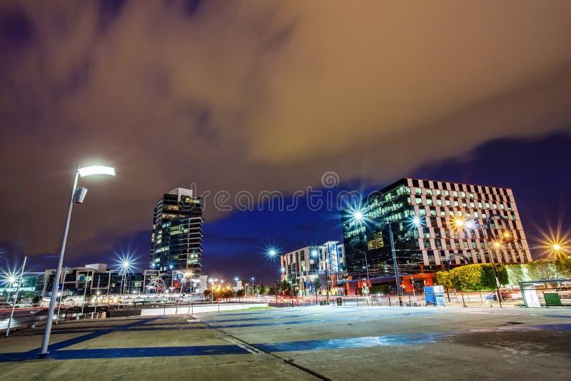 Красивый вид города Мельбурна вокруг района доков с облачным небом стоковые изображения