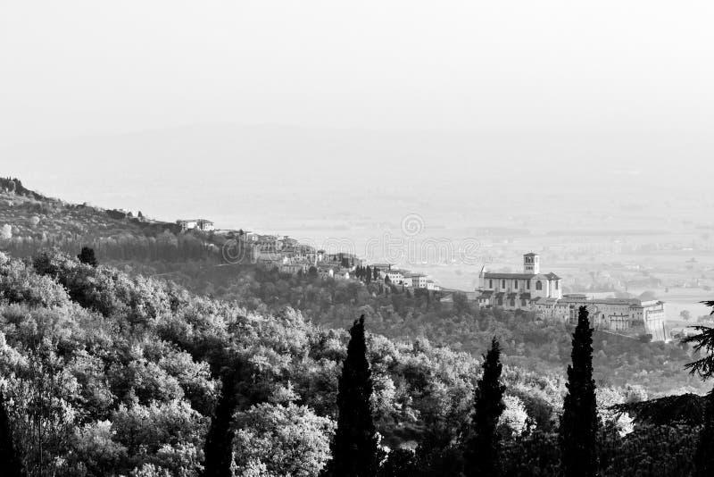 Красивый вид городка Умбрии Assisi в осени от необыкновенного места, за холмом с деревьями стоковые изображения rf