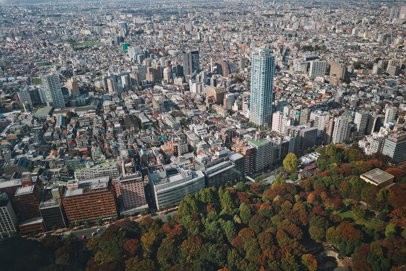 Красивый вид городского Токио с небоскребами и зеленым парком стоковые фотографии rf