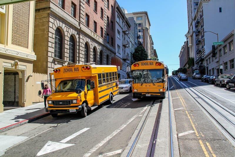 Красивый вид 2 желтых школьных автобусов на улице Сан-Франциско Красивые предпосылки ландшафта природы стоковая фотография rf