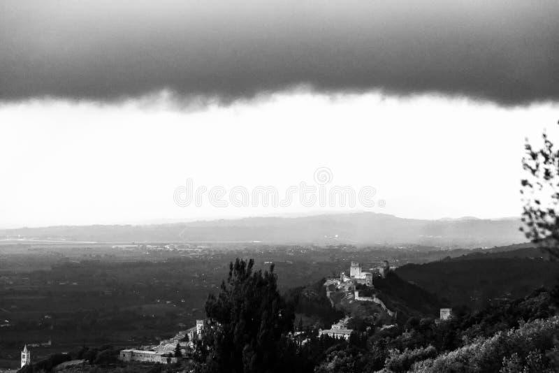 Красивый вид замка Assisi Rocca Maggior, Умбрии, Италии с далекими холмами на заднем плане стоковые изображения
